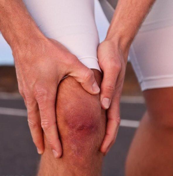почему опух и болит сустав на колене