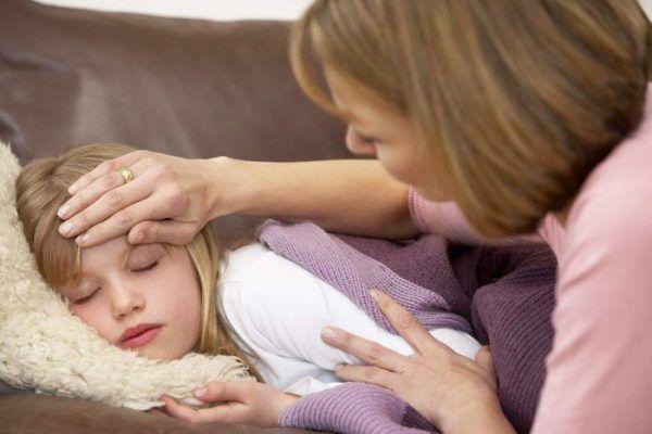 У ребенка болит живот и температура